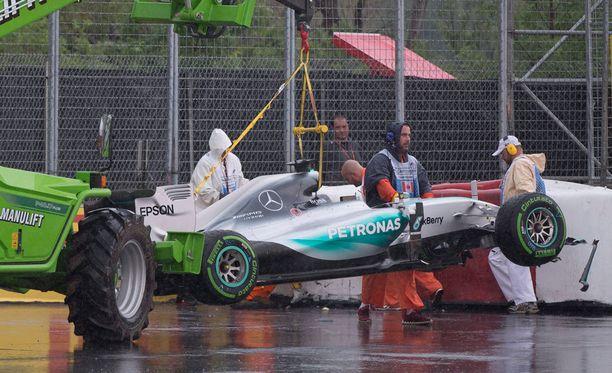 Lewis Hamiltonin toiset vapaat harjoitukset päättyivät turvavalliin.