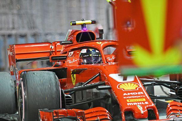Kimi Räikkönen antoi palaa, vaikka rata oli liukas.