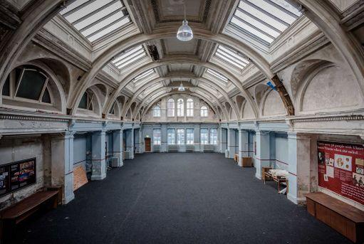Entinen piirustushuone on muutettu näyttelytilaksi, jonne pääsevät muutkin kuin hotellin asukkaat.