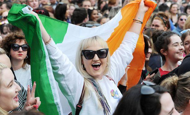 Irlantilaisia odottamassa aborttikansanäänestyksen virallisia tuloksia Dublinissa.