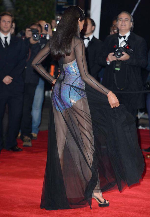 Erikoislaatuinen puku oli nappivalinta Naomille.