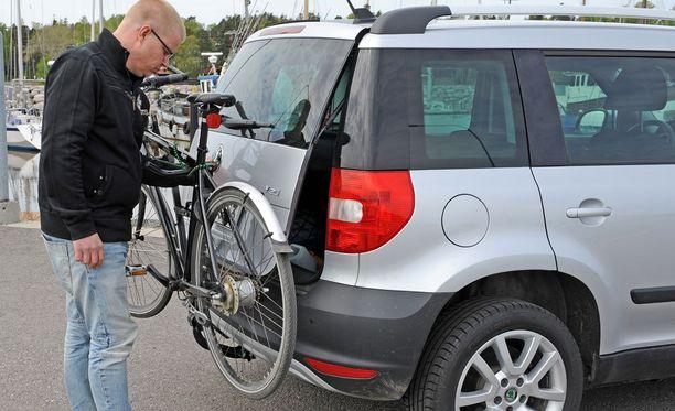Huonossa polkupyörätelineessä ei ole huomioitu auton takaluukun avausta. Koko teline pitää ottaa irti, jos tavaratilan luukku pitää saada auki.