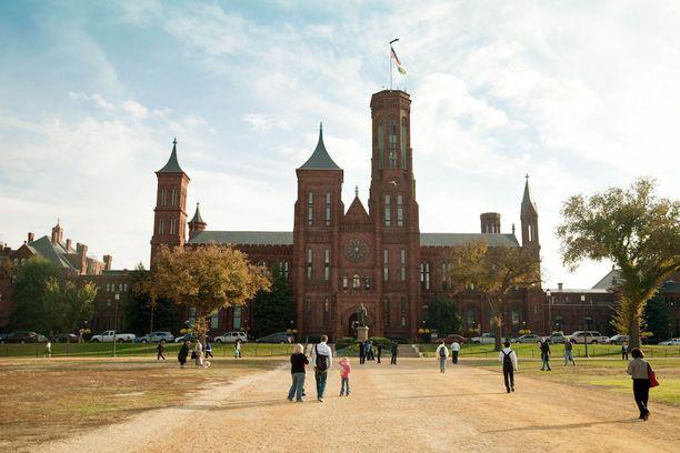 Smithsonian-instituutin punatiilinen päärakennus.
