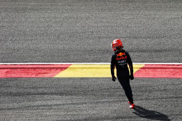 """Max Verstappen pilasi sekä omansa että Kimi Räikkösen kisan """"tyhmänrohkealla"""" ohitusyrityksellään."""