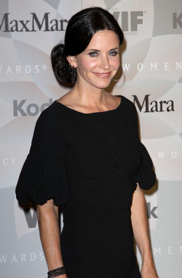 Courteney Cox näyttää upealta! Huhujen mukaan 54-vuotiaan näyttelijätähden hehkuvan ihon salaisuus on viikoittainen käynti kosmetologilla.