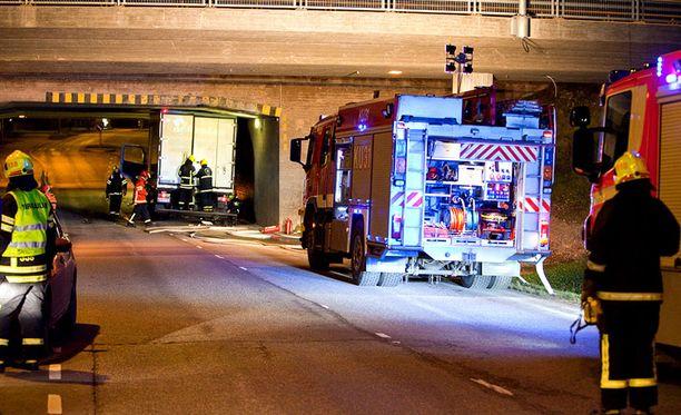 Palomiehiä tarvittiin irrottamaan tunneliin juuttunut auto.