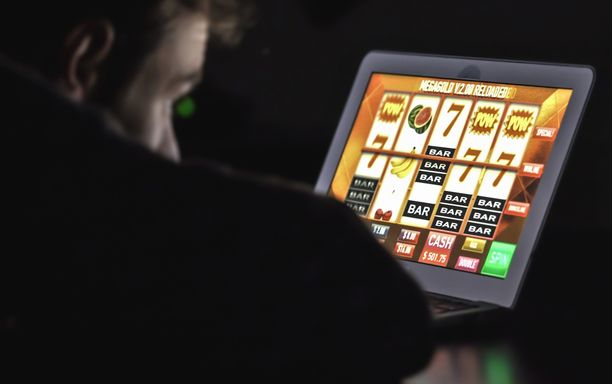 Mies käytti pelaamiseen ensin omat rahansa, sitten isovanhempien ja lopuksi 15 ulkopuolisen ihmisen rahat.