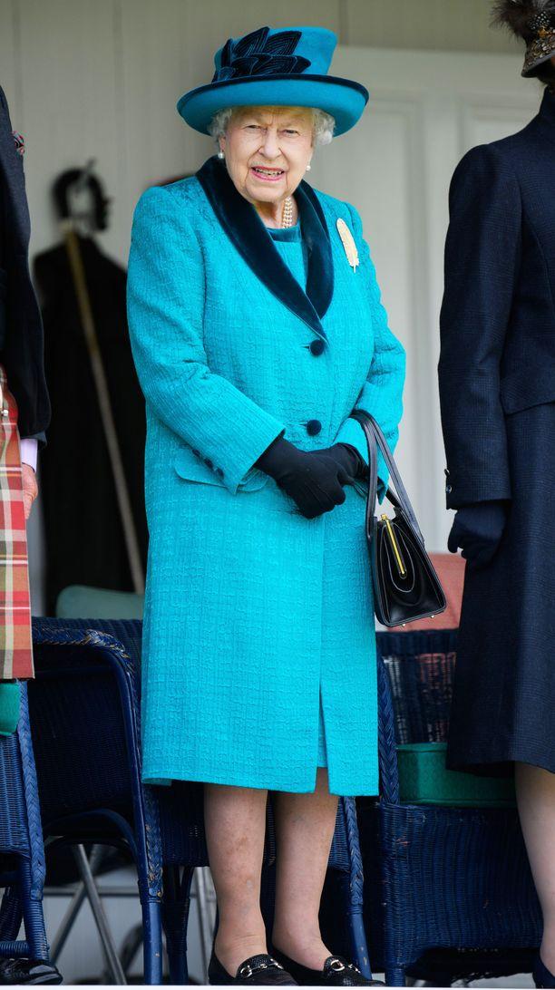 Elisabet on suosinut vuosia kirkkaita värivalintoja asuissaan.