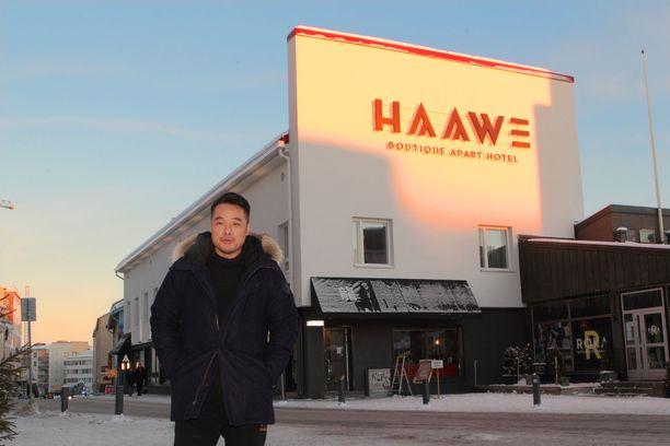 Feng Liu poseeraa ylpeänä johtamansa hotellin edessä. Marraskuussa avattu huoneistohotelli Haawe on myyty joulunpyhiksi täyteen.
