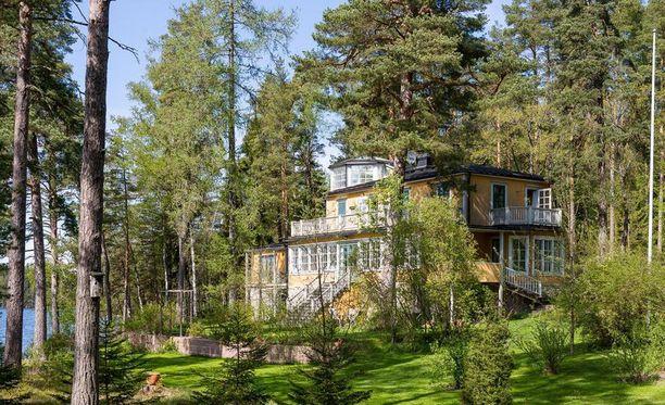 Tämä huvila lasikuisteineen ja tornihuoneistoineen sijaitsee Puujärven rannassa Lohjalla.