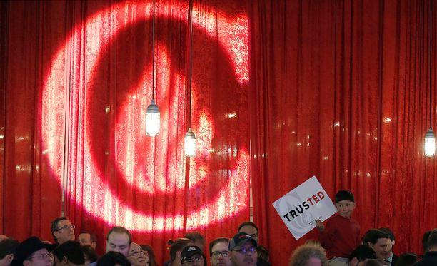 Ted Cruzin (ei kuvassa) kannattajat kuuntelivat miehen voittopuhetta Staffordissa Texasissa.