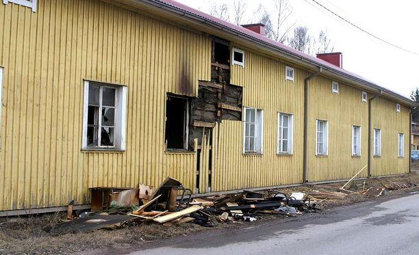 Varttunut mies kuoli polttomurhan uhrina tässä talossa Harjavallassa 2003.