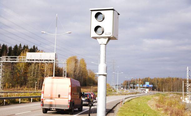Suomessa on 955 nopeusvalvontakameratolppaa, joista 120:ssa on valvontakamera.