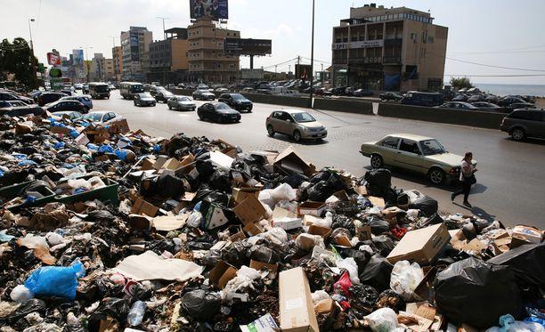 Beirutin kadut ovat täyttyneet roskista.