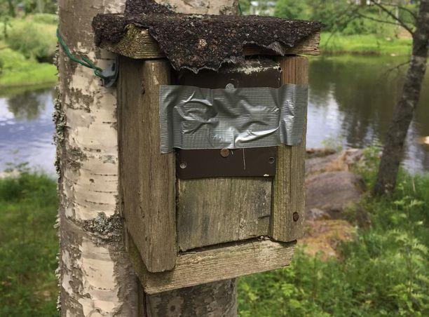 Seppo Niemistön tontilla sijaitsevien linnunpönttöjen oviaukot teipattiin kiinni.