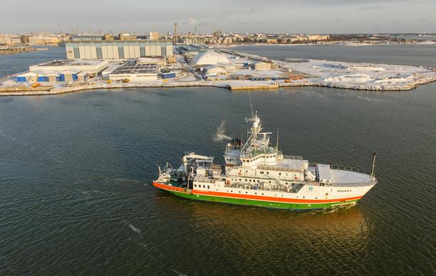 Viimeisen puolentoista vuoden aikana Itämereen on tullut jo kolme isoa suolapulssia. Kuvassa merentutkimusalus Aranda Helsingin edustalla.