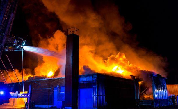 Keskikokoinen teollisuusrakennus syttyi palamaan yhdeksän jälkeen perjantai-iltana.
