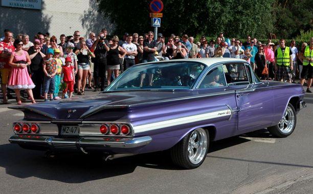 ..vai lipuisitko paraatiyleisön eteen '60 Chevy Impala lowriderissa?