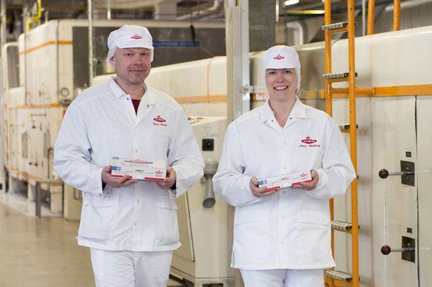 Tuotekehittäjä Pasi Alanko ja henkilöstö- ja markkinointipäällikkö Anna Mollberg tuovat valmista mämmiä tuotantolinjalta. Uutuusmakujen tie mämmitehtaalta tuotantoon on yksinkertainen: se, mikä testissä loppuu ensimmäisenä henkilökunnan kahvihuoneesta, päätyy tuotantoon.