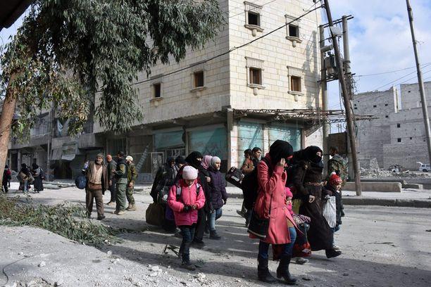 Itä-Alepposta pakenevia ihmisiä.