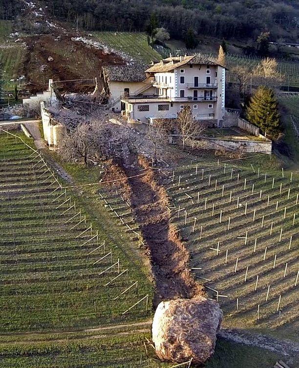 Maanvyörymän irrottama lohkare ohitti maatilan päärakennuksen täpärästi.