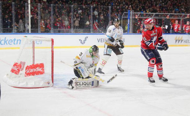 Kärpät ja HIFK kamppailivat sarjapisteistä Kaisaniemen ulkojääpelissä.