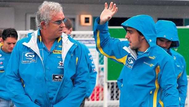 Fernando Alonson (vas.) ja Flavio Briatoren yhteistyö ei ole päättymässä kauniisti.