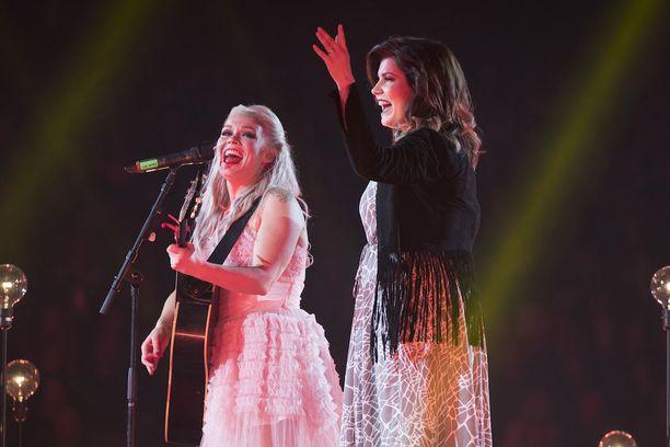 Suvi Teräsniska esiintyi Hartwall-areenalla jo Vain elämää -konsertissa. Vierellä laulaja Anna Puu.