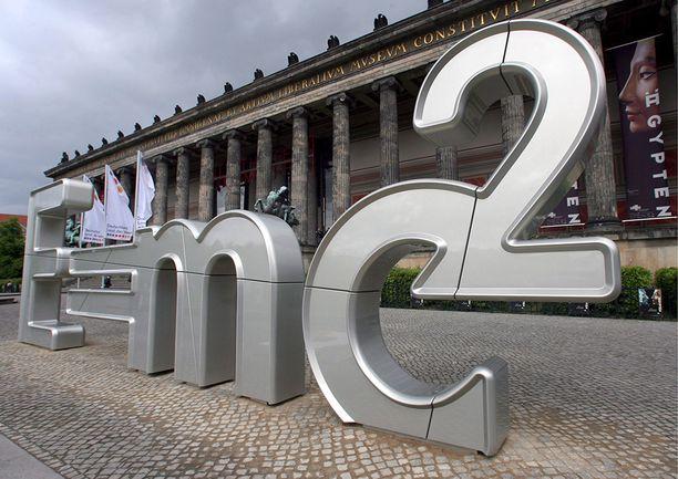 Berliiniläisen museon edessä kunnioitetaan saksalaisten suuria ajatuksia. Yksi juhlittu on Einsteinin yleinen suhteellisuusteoria.