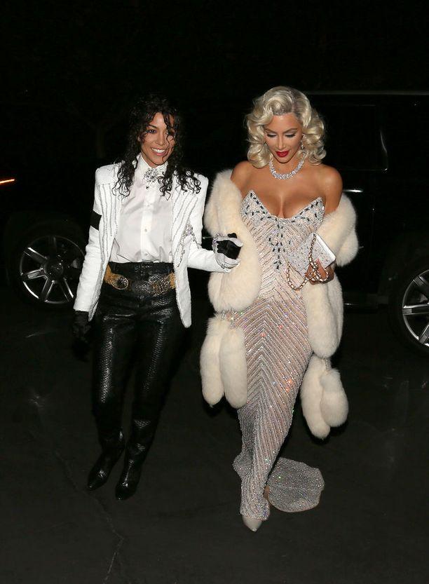 Kim Kardashian ja Kourtney Kardashian pukeutuivat viihdetaivaan ikonisiksi hahmoiksi.