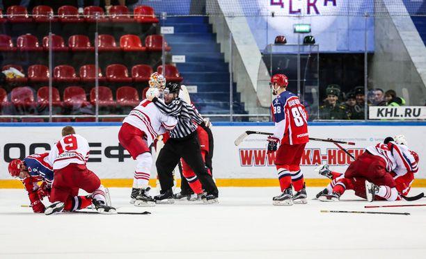 Moskovan ZSKA:n ja Jokereiden pudotuspelisarjan avausosa päättyi tappeluihin.