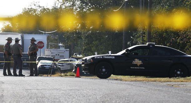 Ampuja hyökkäsi Texasissa kirkkoon keskellä päivää sunnuntaina.