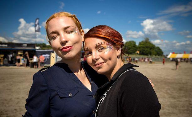 Vantaalaiset Anastasia (vas) ja Riitta esittelevät festarityyliään Ruisrockissa sunnuntaina.