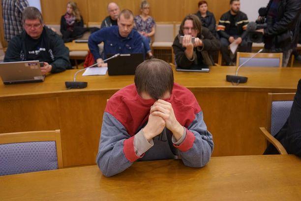 34-vuotias mies myöntää syyllistyneensä tappoon, mutta hän kiistää murhan. Hän myöntää myös varkausrikoksen, ja kiistää törkeän ryöstön.