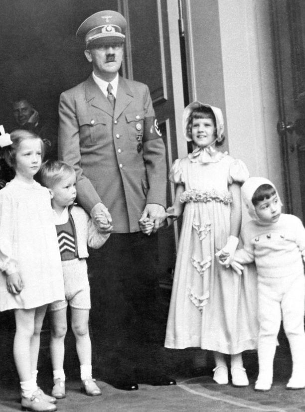 Adolf Hitler lasten kanssa.