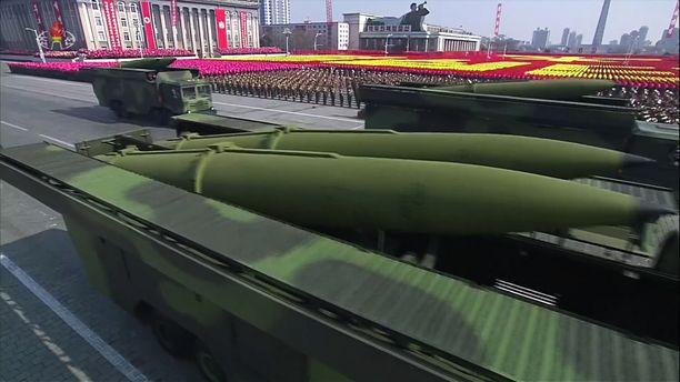 Sotilasmahti. Pohjois-Korea esitteli viime helmikuussa ohjuksiaan paraatissa Pjongjangissa.