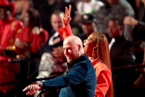 John Travolta ja Queen Latifah olivat jakamassa palkintoa.