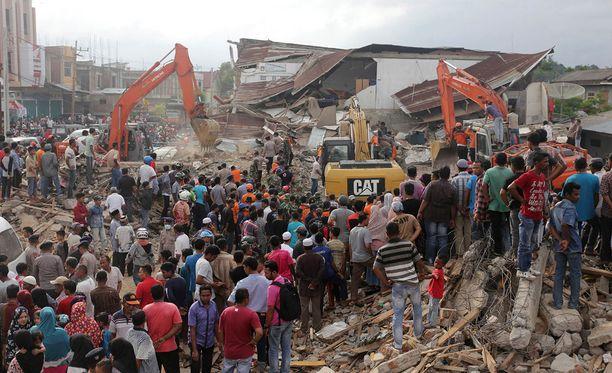 Yli sata kuoli ja yli 700 loukkaantui keskiviikkoisessa maanjäristyksessä Indonesiassa.