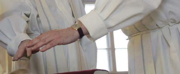 Helsingin Sanomat kysyi yhdeksältä piispalta kantaa siunauskysymykseen.