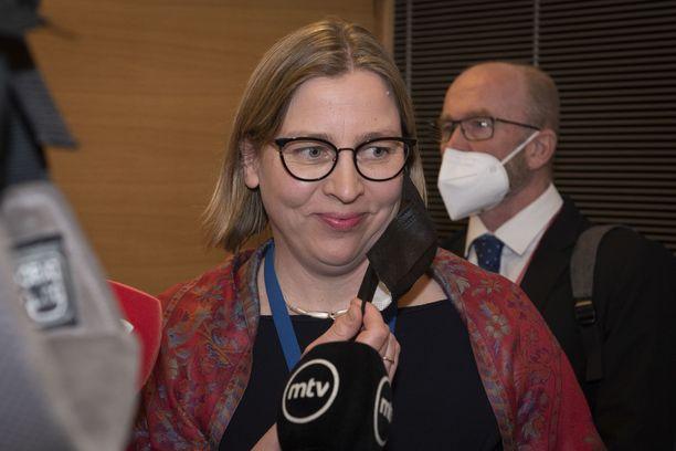 Eduskunnan kansliatoimikunta hyllytti Tytti Yli-Viikarin 8. huhtikuuta rikosepäilyjen takia.