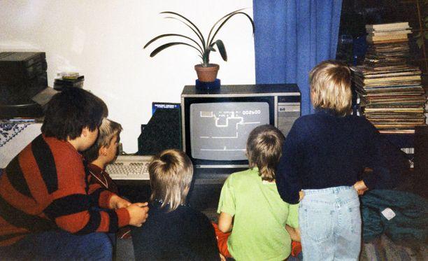 Lapsia pelaamassa Tampereella vuonna 1989.