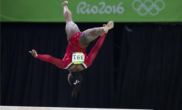 Yhdysvaltain voimistelujoukkueen Simone Biles puomilla Rion olympialaisissa 2016.