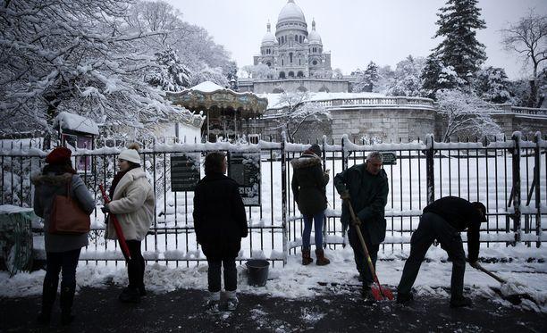 Työntekijät puhdistivat kulkuväylää Pariisin Montmartrella keskiviikkona.
