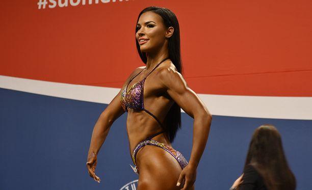 Henna Tuomainen kisaa body fitnessissä, joka vaatii astetta enemmän lihasta kuin bikini fitness.