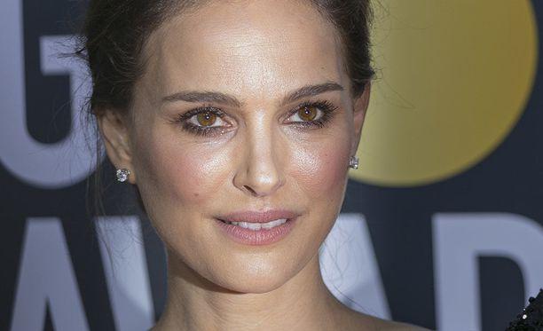 Natalie Portman tunnetaan esimerkiksi elokuvista Black Swan ja Leon: The Professional. Hänellä on kaksi lasta.