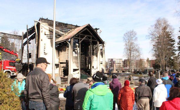 Ylivieskan vanha puukirkko tuhoutui palossa täysin.