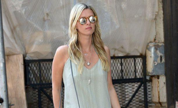 Nicky Hilton on valinnut tämän kesän laseikseen pyöreät, värikkäät peililasit.