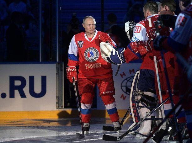 Presidentti Putin kommentoi FBI-johtajan eroa ennen osallistumistaan jääkiekko-otteluun Sotshissa.