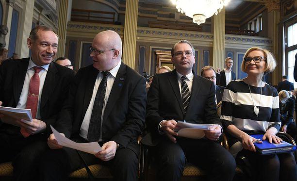 Ministeriöiden tiedustelumietinnöt luovutettiin ministereille Säätytalolla tiistaina. Puolustusministeri Jussi Niinistön (ps) mukaan Krimin valtaus ja viime aikaiset terrori-iskut ovat vauhdittaneet lakihankkeen valmistelua. Sisäministeri Paula Risikon (kok) mukaan lakihanke pitäisi toteuttaa nopeutetussa järjestyksessä.