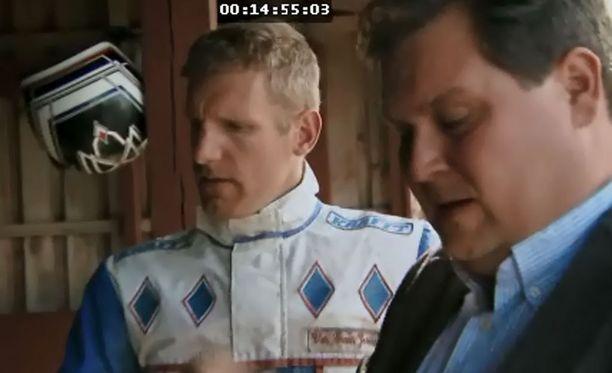 Tallialueella Jethro kuulee valmentaja Jeroen van Craenilta hevosen kuulumiset.
